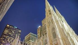 Santo Patrick Cathedral en la noche, New York City Imagenes de archivo