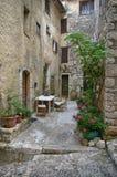 Santo-Paul-de-Vence: calle acogedora en la ciudad francesa medieval Fotos de archivo