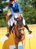SANTO PETERSBURGO 6 DE JULIO: Rider Valeriya Sokolova en Sir Stanwel Fotos de archivo