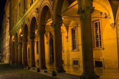 Santo Stefano-portiek 's nachts, Bologna Stock Fotografie
