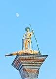 Santo Theodore en el San Marco, Venecia, con la luna en el fondo Foto de archivo libre de regalías