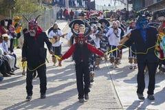Santo Tomas Ocotepec, Oaxaca, Mexico, 3 Maart, 2019: Drie mensen kleedden zich in rode duivelsmaskers tijdens Carnaval in Mexico stock foto's