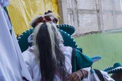 Santo Tomas Ocotepec Oaxaca, Mexico, mars 3, 2019: iklädd vit för person och maskering av gamala mannen med ögonbryn och stor bea royaltyfri bild