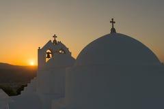 Santo tradicional Antonio de la iglesia en la isla de Paros contra la puesta del sol Fotografía de archivo