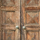 Santo w drzwiowym kościół zamykał drewnianego Lombardy Italy Varese obrazy royalty free