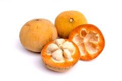 Santol-Früchte auf weißem Hintergrund Stockfotografie