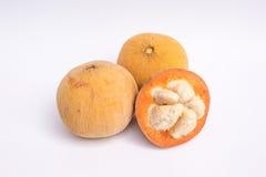 Santol-Früchte auf weißem Hintergrund Lizenzfreie Stockfotografie