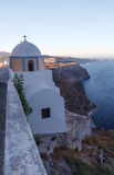 Santorini的一个cliffside教堂,希腊。 免版税库存图片