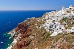 Santorini的Oia村庄与风车 免版税图库摄影