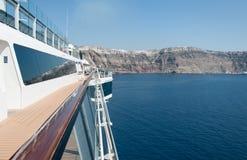 Santorini ö från däck för kryssningskepp Arkivfoto