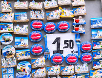 Santorini ö, Grekland - Juni 03 2015: Souvenir shoppar Royaltyfria Bilder