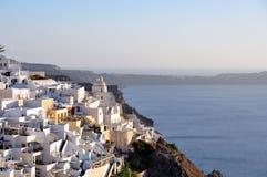 Santorini ö, partisk sikt av byn av Fira arkivfoto