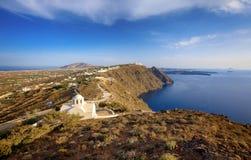 Santorini ö, sikt på den vägkyrkan Panagia arkivbilder