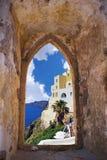 Santorini ö till och med ett gammalt Venetian fönster Royaltyfri Bild