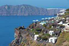 Santorini - światopogląd nad luksusowym kurortem w Imerovigili kaldera z Therasia wyspą fotografia royalty free