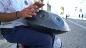 Santorini, Ελλάδα - 11 Οκτωβρίου 2018: Καλλιτέχνης την ώρα της παράστασης οδών στην οδό απόθεμα βίντεο