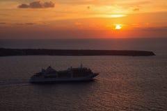 Santorini - η κρουαζιέρα στο ηλιοβασίλεμα πέρα από Oia Στοκ φωτογραφία με δικαίωμα ελεύθερης χρήσης
