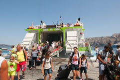 SANTORINI- 28 ΙΟΥΛΊΟΥ: Οι τουρίστες φθάνουν στο λιμένα Thira γνωστού επίσης ως Santorini στις 28 Ιουλίου 2014 στην Ελλάδα Στοκ Εικόνες