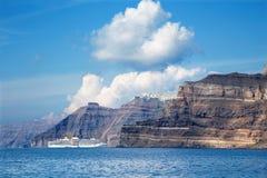 Santorini - οι απότομοι βράχοι του calera με τις κρουαζιέρες με το Imerovigli και το Skaros Στοκ φωτογραφία με δικαίωμα ελεύθερης χρήσης