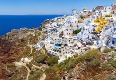 santorini της Ελλάδας Διάσημη έλξη Oia του χωριού με τον ανεμόμυλο στα ελληνικά νησιά, Αιγαίο πέλαγος στοκ φωτογραφία