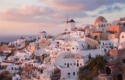 Santorini - взгляд к части Oia с ветрянками в свете вечера Стоковые Изображения