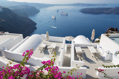 Santorini - внешний вид над роскошным курортом в Imerovigili к кальдере с круизами Стоковые Фото