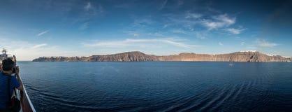 Santorini, Греция, взгляд от шлюпки круиза Стоковые Фото