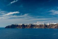 Santorini, Греция, взгляд от шлюпки круиза Стоковая Фотография