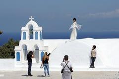 Santorini, Греция, 20-ое сентября 2018, фотография свадьбы в типичном положении стоковое фото