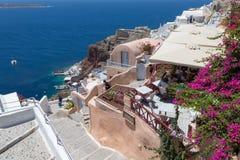 Santorini, Греция: Остров Santorini Взгляд вулкана Красивые Белые Дома против голубого неба и стоковые фото