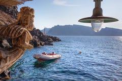 Santorini - киль в гавани Oia в вечере Стоковые Изображения