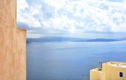 santorini острова холма Греции зданий Oia, городок Fira Традиционные и известные дома и церков над кальдерой Стоковое фото RF