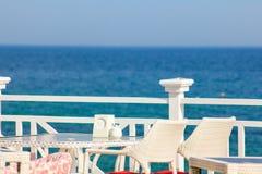 ??santorini 有服务的桌的餐馆在爱琴海沿海岸区在圣托里尼基克拉泽斯海岛上的有惊人的 库存图片