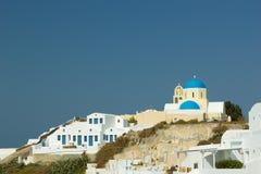 Santorini -破火山口视图与教会的 库存照片