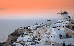 在日落的Santorini风车 免版税库存图片