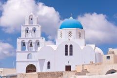 Άσπρη εκκλησία της Ελλάδας Santorini, μπλε θόλος, κουδούνια Στοκ φωτογραφία με δικαίωμα ελεύθερης χρήσης