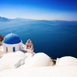 Εκκλησίες και θάλασσα Santorini στην Ελλάδα Στοκ εικόνα με δικαίωμα ελεύθερης χρήσης