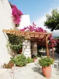 豪华旅馆大厦阳台和大阳台santorini希腊 免版税库存照片