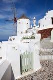 Santorini - ailse und Windmühle in Oia Lizenzfreie Stockfotografie