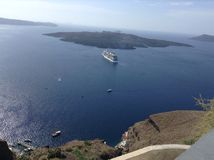 Santorini-Ansicht mit einem Kreuzschiff Lizenzfreie Stockfotografie