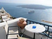 Santorini-Ansicht mit Kreuzschiff Stockfoto