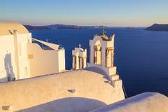 Santorini-Ansichten über den Kessel vom schönen Dorf von Oia, die Kykladen, Griechenland Lizenzfreies Stockfoto