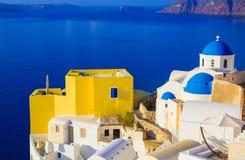 Santorini-Ansichten über den Kessel vom schönen Dorf von Oia, die Kykladen, Griechenland Stockfotos