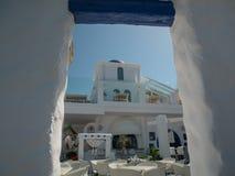 Santorini-Art, welche die wei?en und blauen Farben aufbaut lizenzfreie stockbilder
