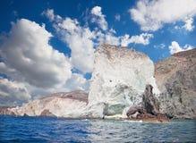 Santorini - as torres da rocha do branco da parte sul da ilha Imagens de Stock Royalty Free
