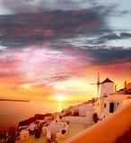 Santorini avec le moulin à vent à Oia, Grèce photo libre de droits