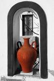 Santorini avec le vase grec traditionnel dans le windo Image libre de droits