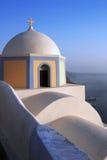 Santorini: Bella cupola della chiesa a Thira fotografie stock libere da diritti