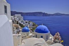 Santorini blåttkupoler Royaltyfria Foton