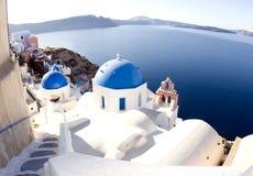 Santorini blaue Haubekirchen der griechischen Insel Stockbild